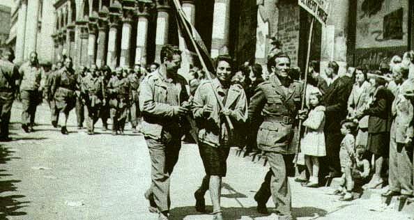 Partigiani_sfilano_per_le_strade_di_milano[1]