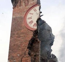 I danni provocati dal sisma  alla torre dell'Orologio , sede del Municipio , a Finale Emilia in provincia di Modena  20 Maggio 2012.ANSA/ELISABETTA BARACCHI